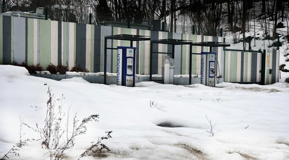 <b>STILLE SOM I GRAVEN:</b> På tomten for den gamle presteboligen til Høvik Menighet bygget Hyop sin hydrogen-<br>stasjon. Den rakk ikke være åpen i ett år engang før det var slutt på pengene. Myndighetene ville ikke betale mer i støtte.
