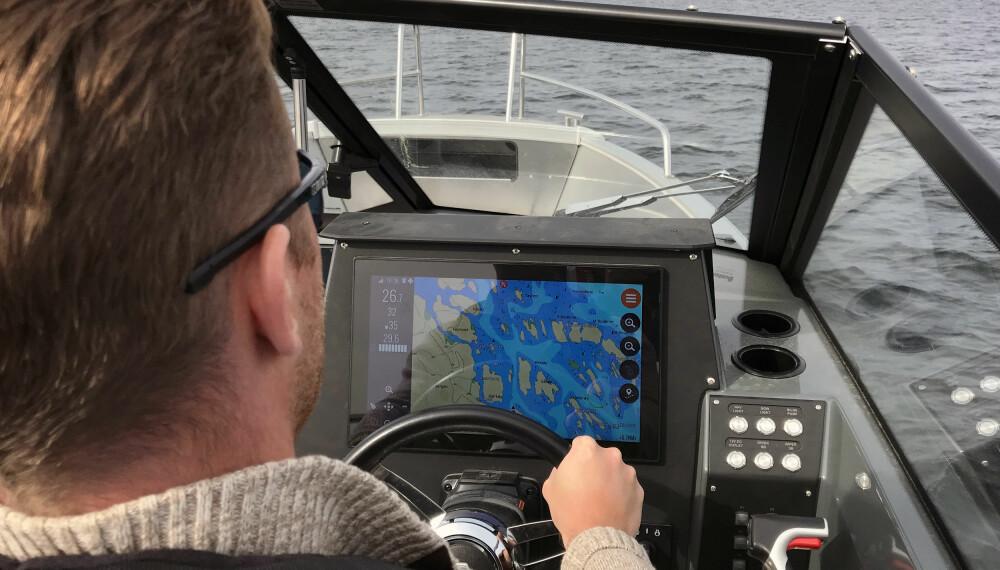 <b>DET STORE BILDET:</b> 16-tommers skjerm sørger for god oversikt over farvannet.