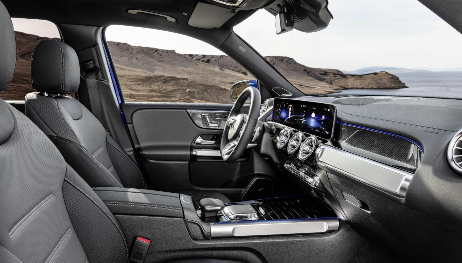 WIDESCREEN: Interiøret er godt kjent fra resten av den nye kompaktfamilen med blant annet widescreen-cockpit og MBUX (Mercedes-Benz User Experience). Nytt i GLB er de karakteristiske gripehåndtakene i dørpanelet som gir hint om bruksområde og tar igjen det robuste ytre.