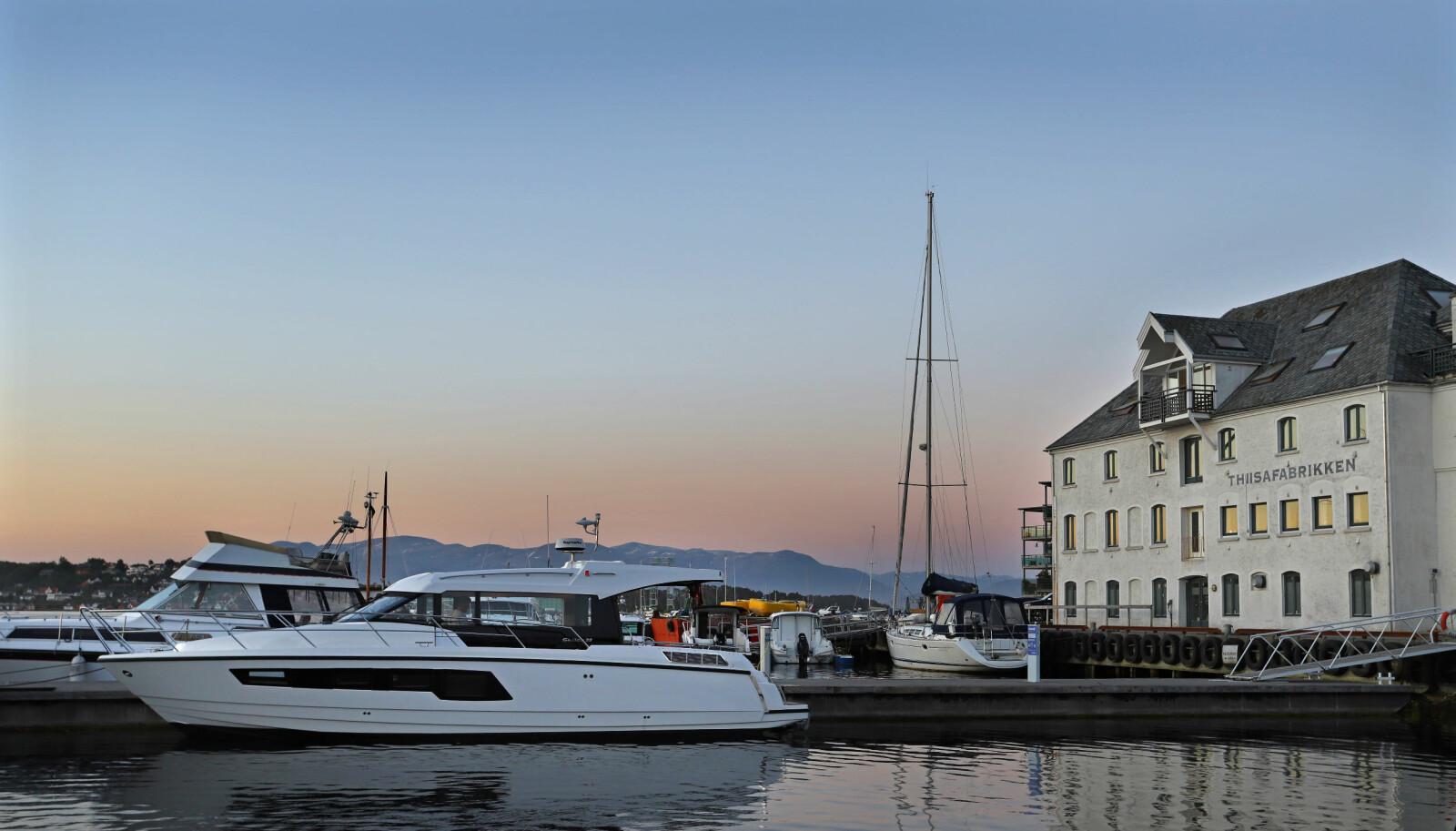 <b>LEIRVIK BY NIGHT: </b>Stor og godt skjermet gjestehavn ved utløpet av Hardangerfjorden.