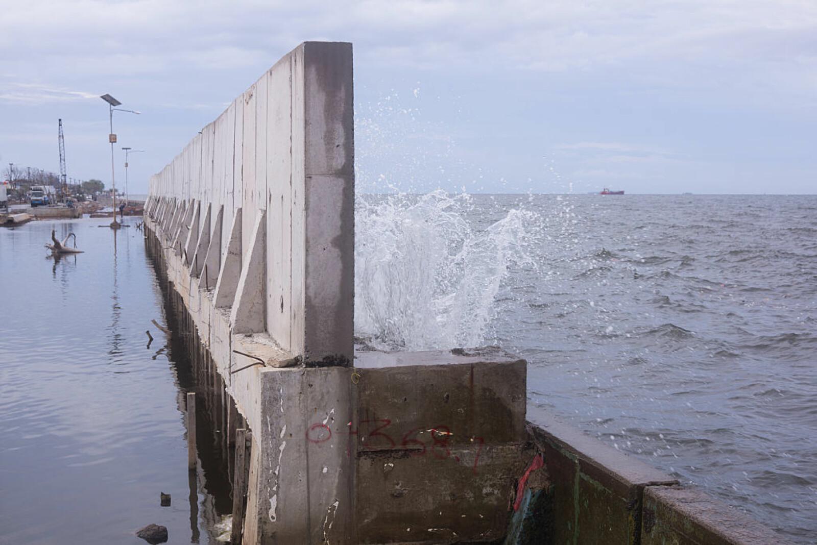 <b>BYGGER MUR:</b> Jakarta bygger en mur mot havet. Det vil likevel bare kjøpe dem litt ekstra tid, ifølge en ekspert.