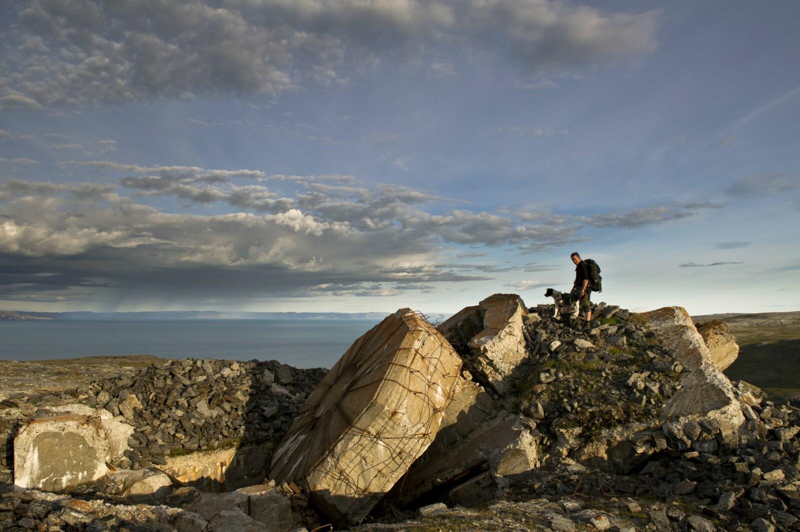 <b>KRIGSMINNER:</b> Langs finnmarkskysten ligger minnene fra andre verdenskrig tett. <br>Så også på Sværholt.