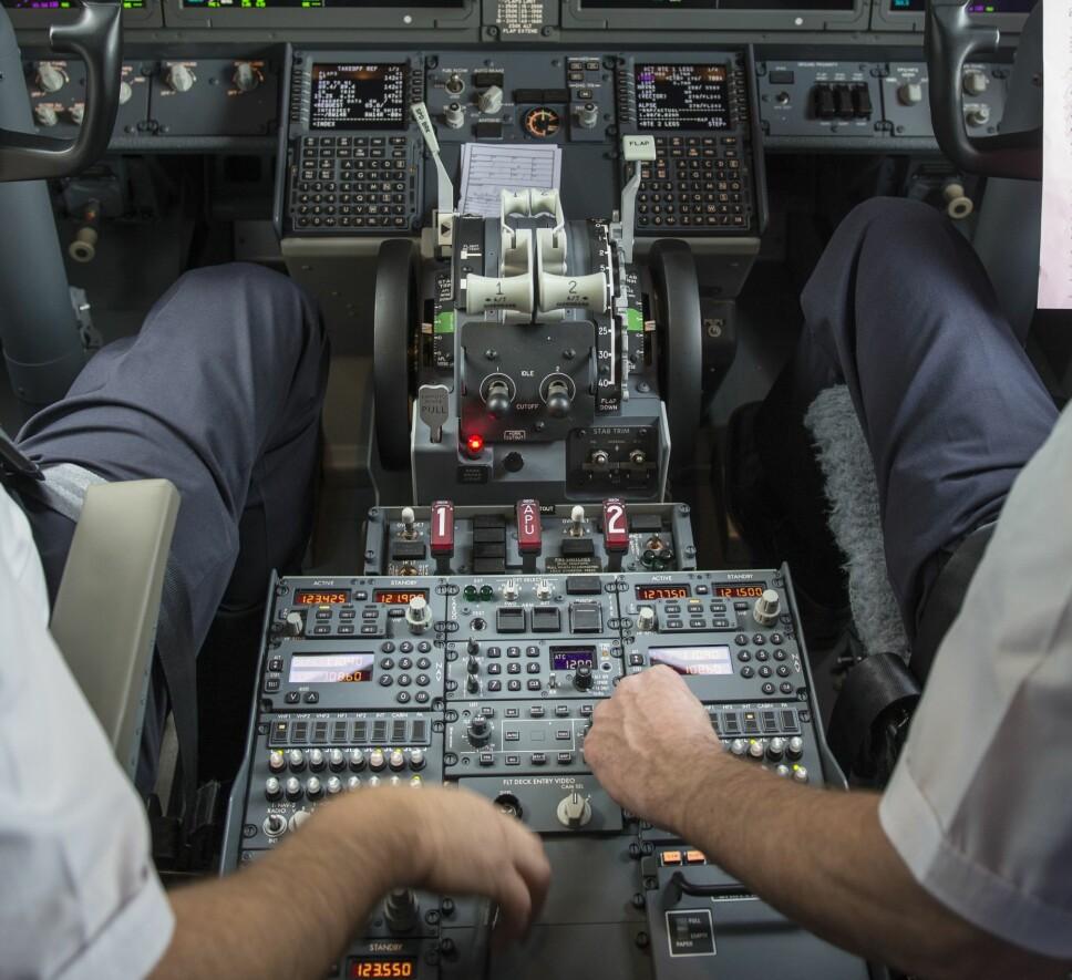 <b>NØDPROSEDYRE:</b> Prosedyren for å koble ut MCAS-systemet innebærer å først koble ut bryterne til den elektriske trimmen (innringet) og deretter styre trimmen manuelt ved hjelp av trimhjulene (piler). Boeing nevnte aldri hvordan man skulle redde situasjonen hvis flyet var kommet alvorlig ut av trim.