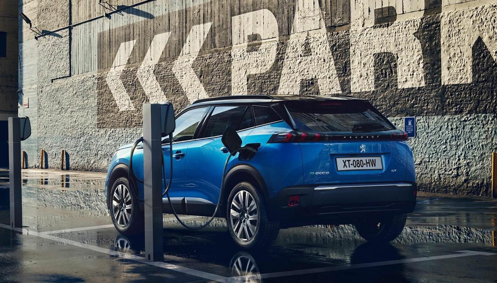 BRA HJEMMELADING: Inntil 11 kW fra veggboks er raskt for biler i denne klassen.