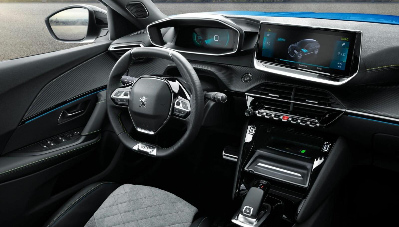 MODERNE: Peugeot i-cockpit 3D skal gi god oversikt. Det lille rattet er blitt en egen Peugeot-signatur.