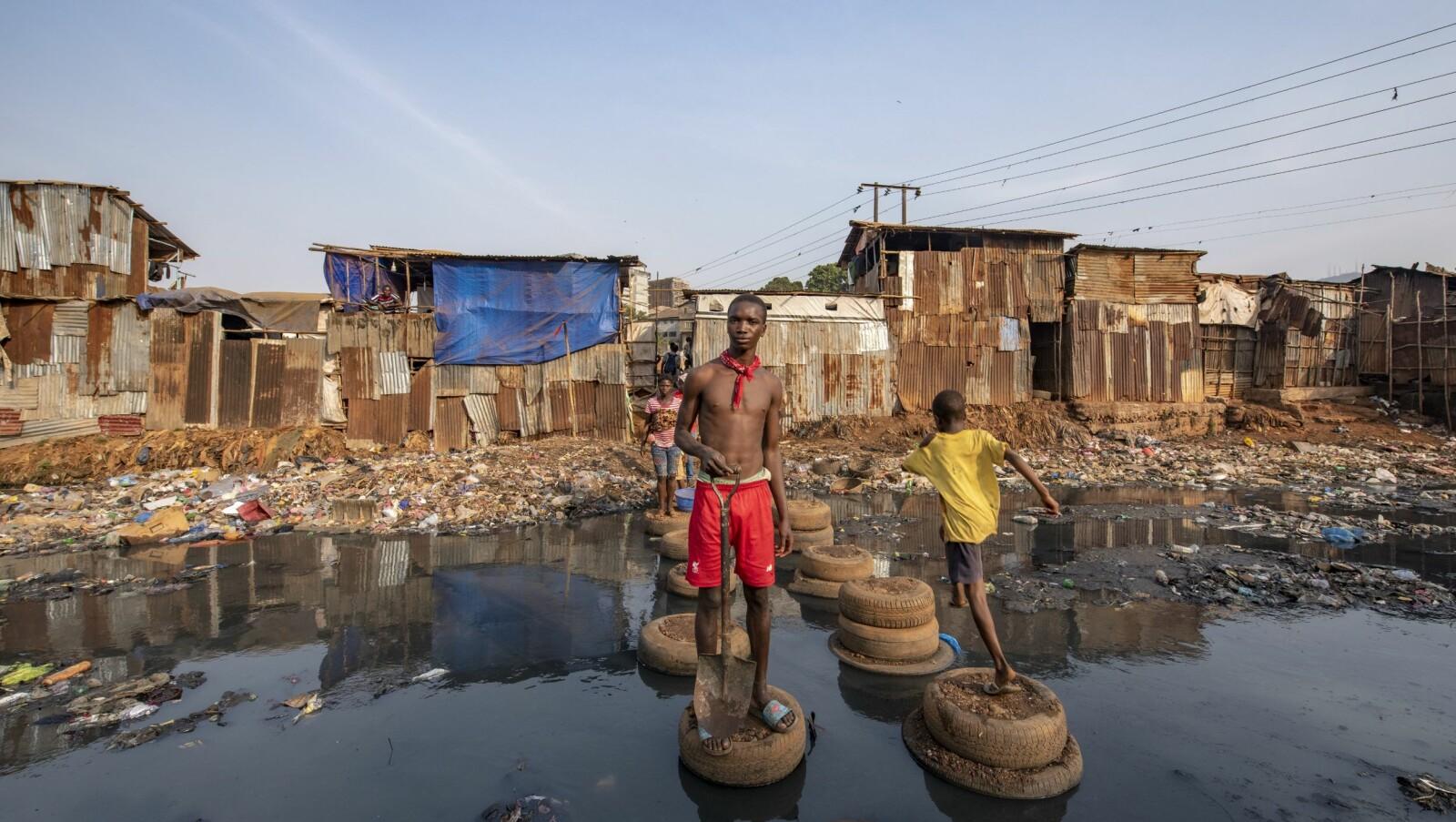 <b>BOMPENGER:</b> – Du må betale litt for å passere! Abdul laget en improvisert overgang. Broen som stod herer falt sammen. Inne i Kro Bay slummen, Freetown.