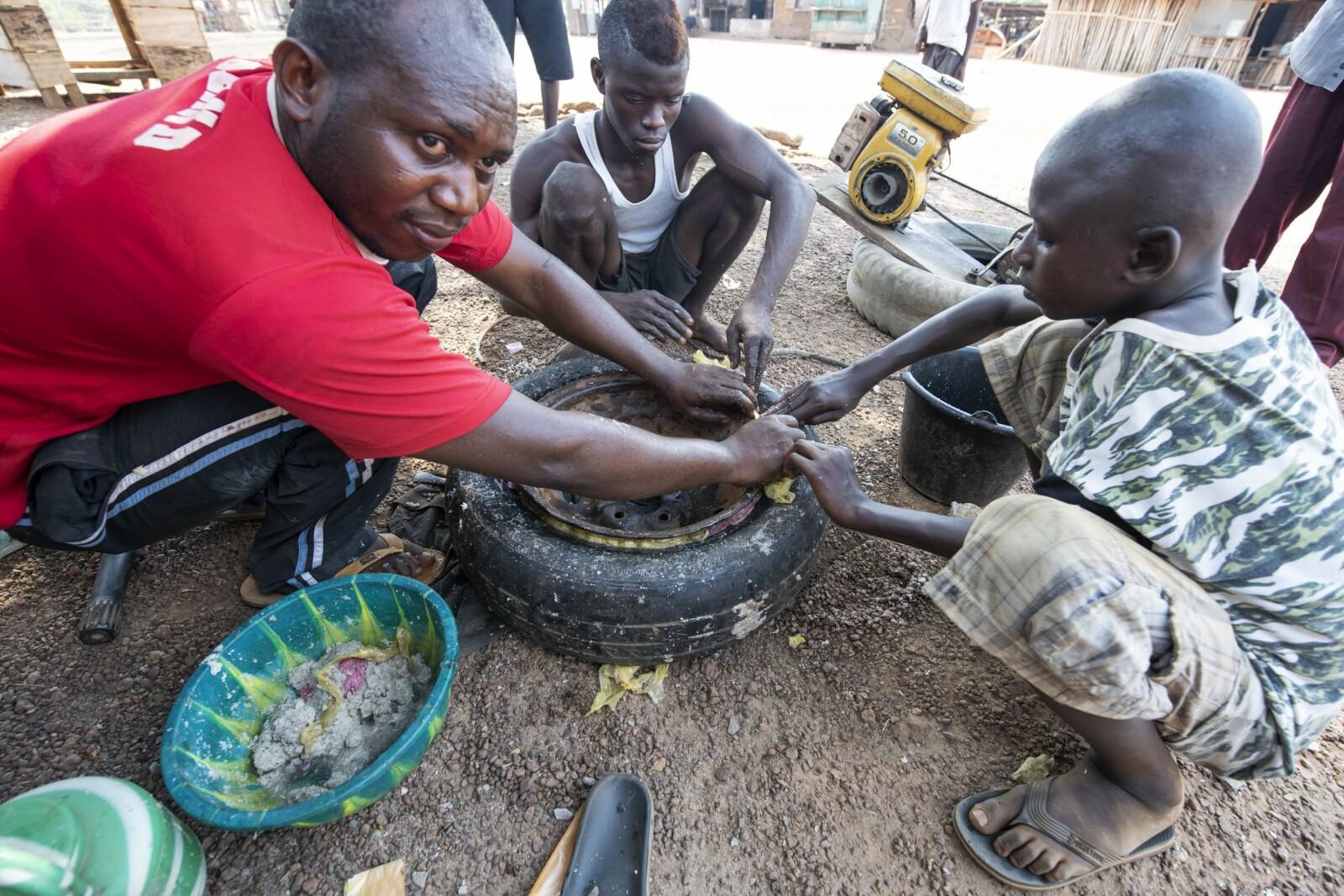 <b>DEN AFRIKANSKE MÅTEN:</b> Hvordan reparere et bildekk i Beobu? Lim, korn, biter av plastposer og gjørme. Kewley er optimist.