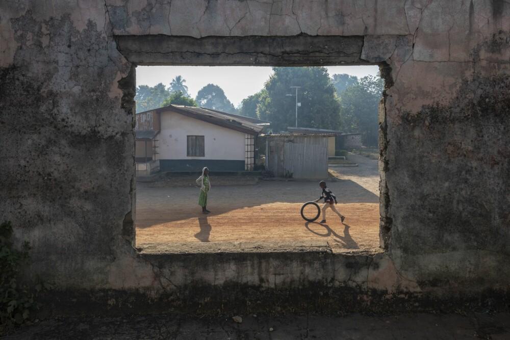 <b>FORFALL:</b> Rebellene stormet bygningen og brant den ned til grunnen. Yengama blomstretfør borgerkrigen brøt ut, men i dag er det en landsby i forfall.