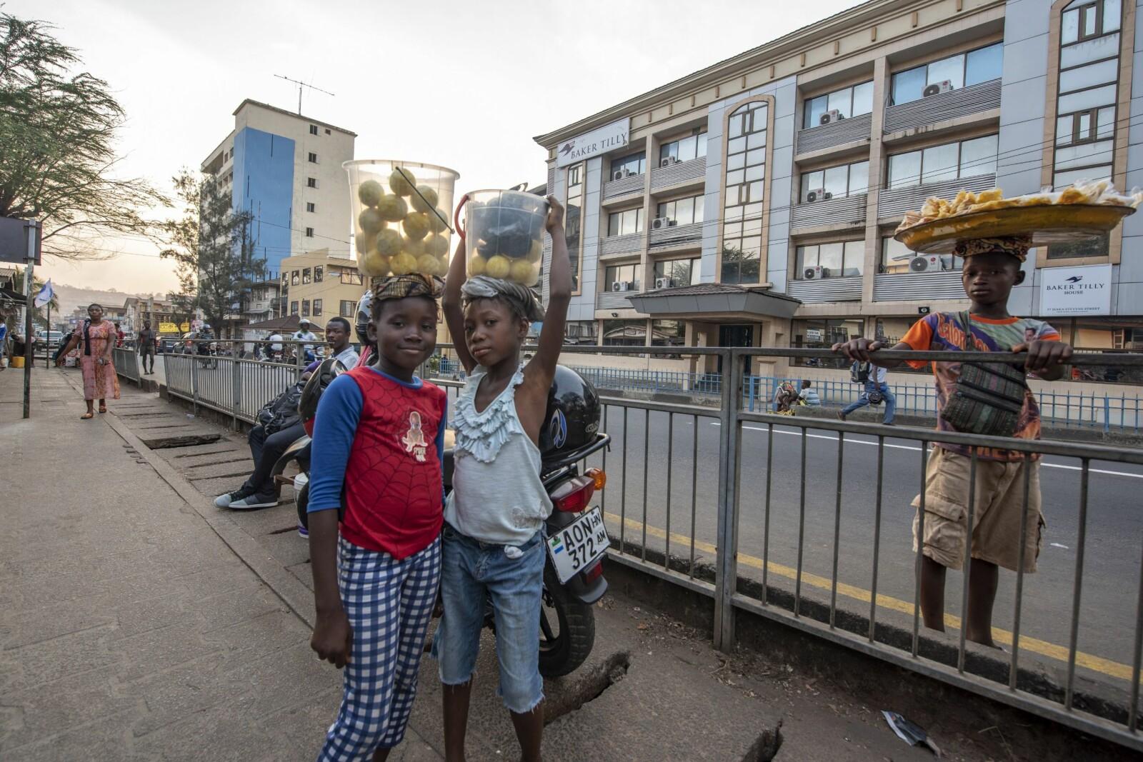 <b>FRUKTSELGERNE:</b> – Vil du kjøpe appelsiner? Barn som selger frukt på gata i Freetown.