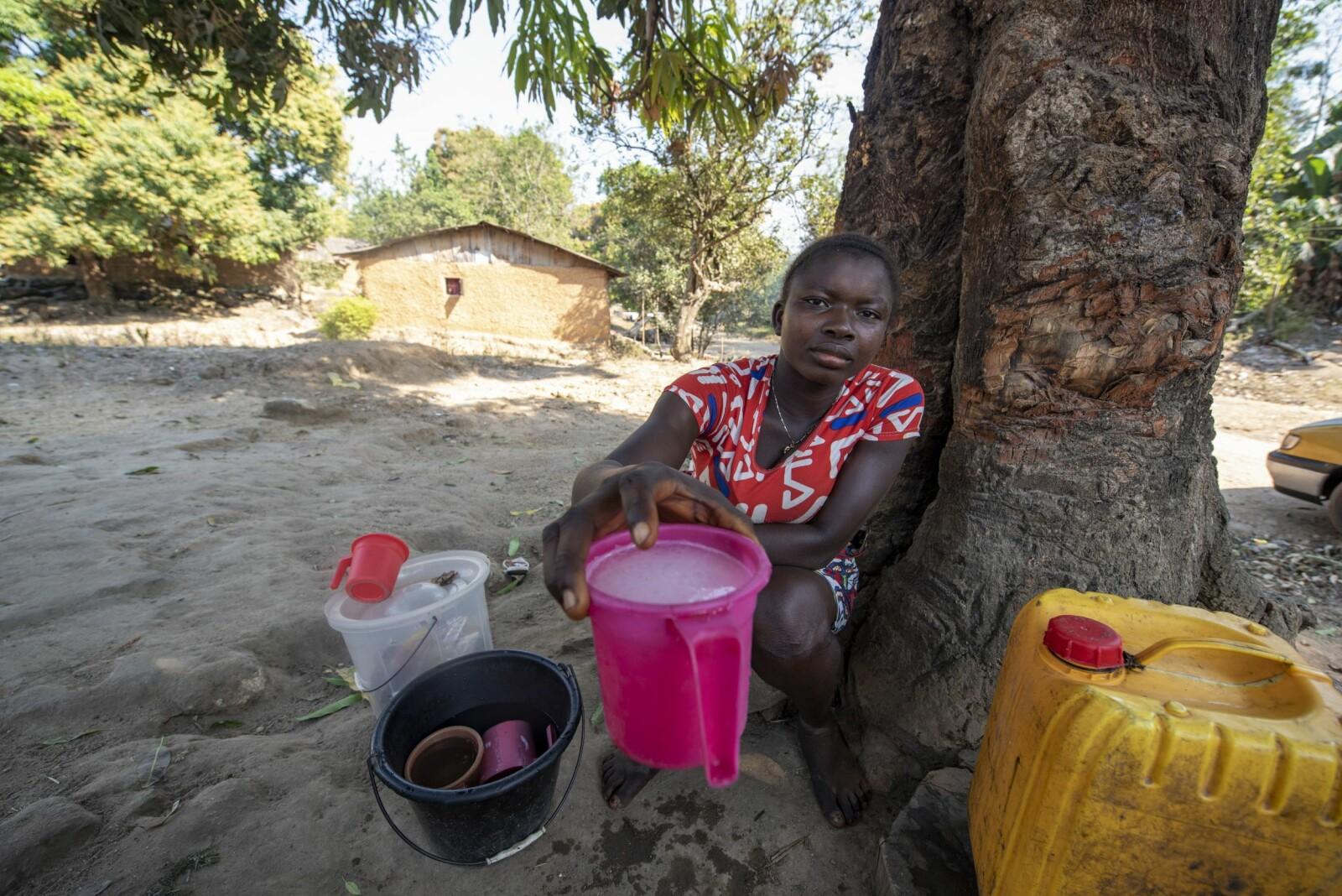 <b>VIN HER:</b> – Har dere lyst på palmevin? Margaret fyller opp et drøyt plastkrus til 5000 sierraleonske dollar (5 kroner).