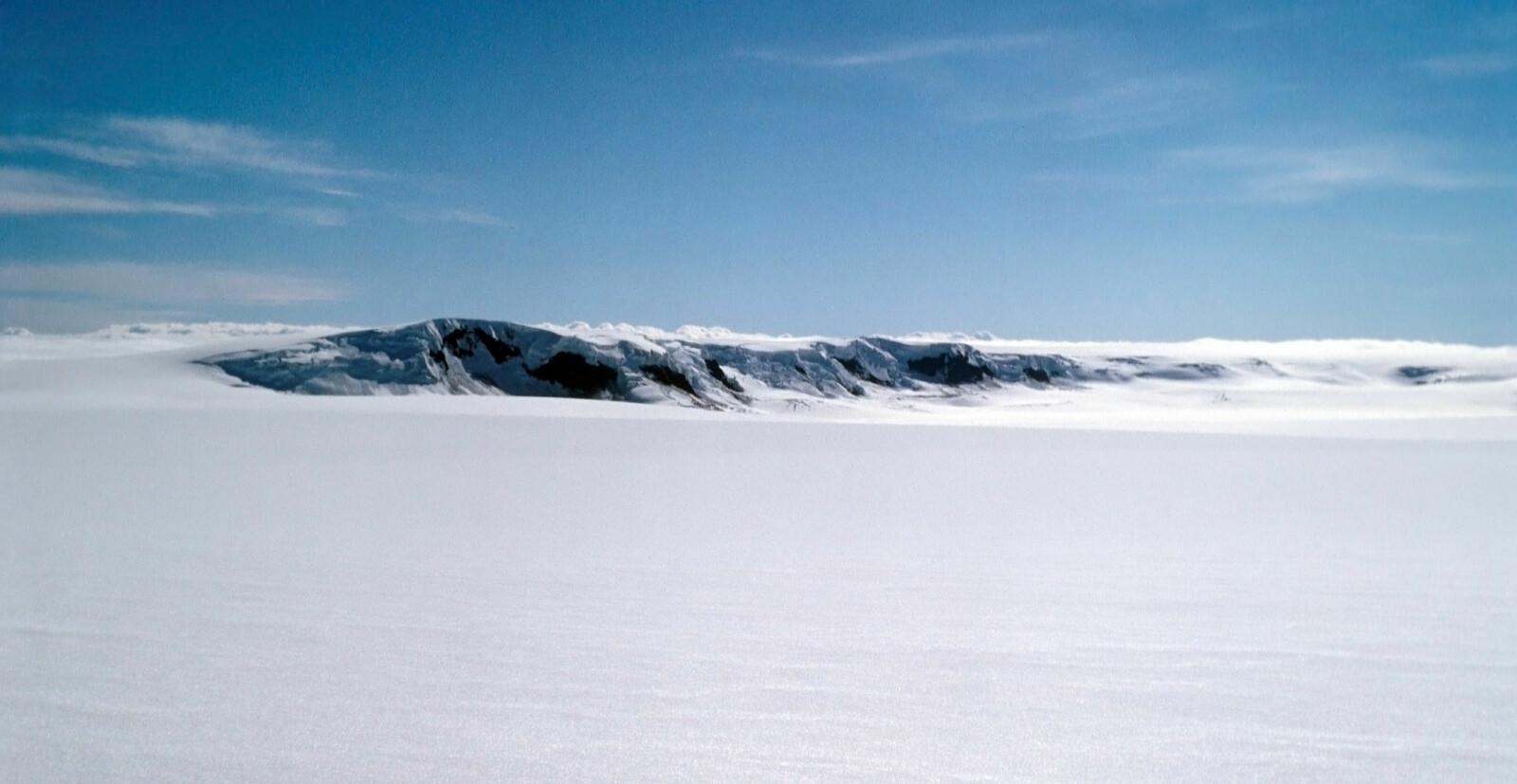 <b><SPAN CLASS=BOLD><STRONG>ROLIGERE TIDER:</b></strong></span> Grimsvötn i Vatna Jökul-breen på Island. Bildet er tatt 29. juli 1972. Under overflaten sover Grimsvötn.