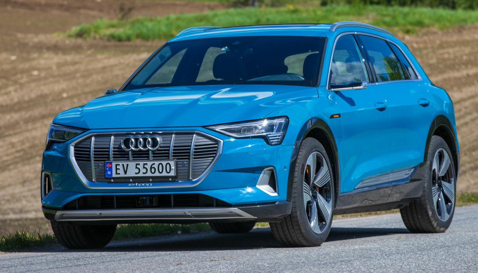 TØFF: Ingen tvil om at Audi e-tron vekker oppsikt i trafikken. Og må stoppe ofte for å lade.