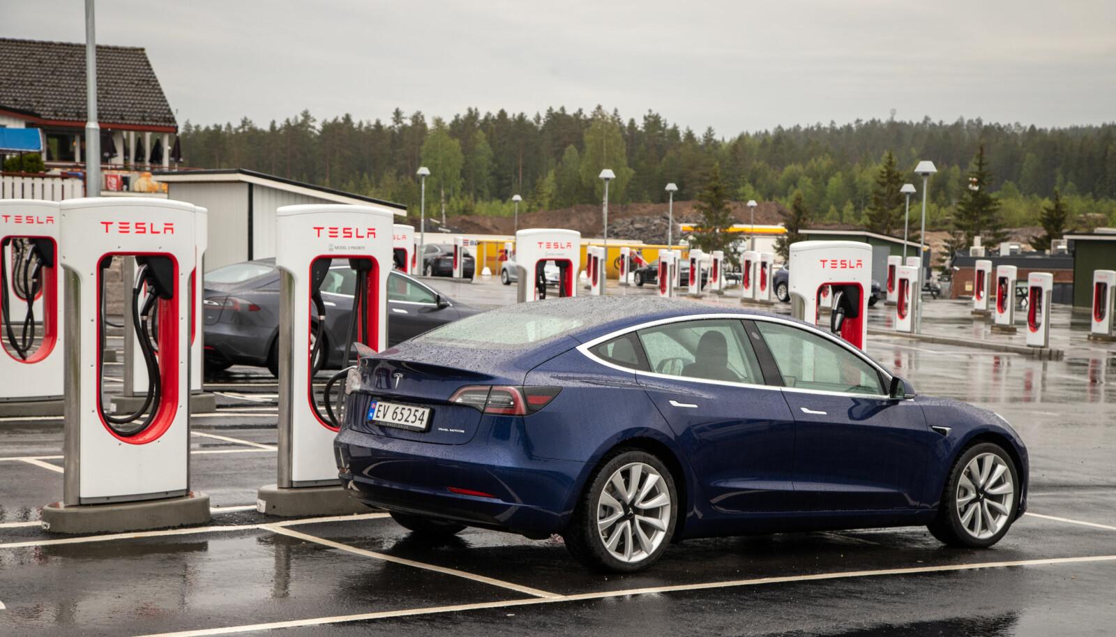 <b>STILIG:</b> På Nebbenes viser Tesla hvordan en ladestasjon skal se ut.