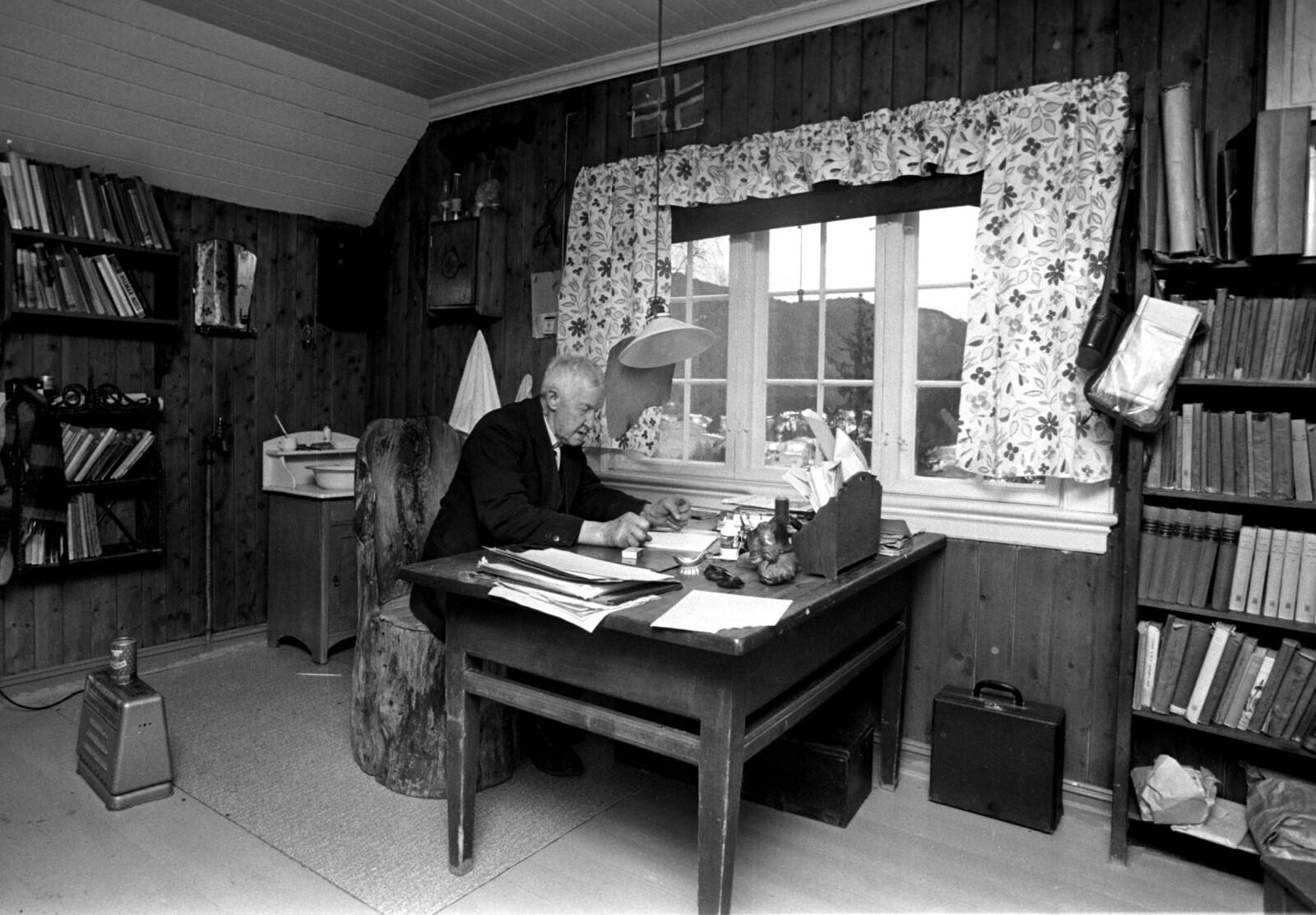 <b>NISSEBAKKEN:</b> Mikkjel Fønhus i arbeidsrommet hjemme på Nissebakken. Her skrev han de fleste av bøkene sine.