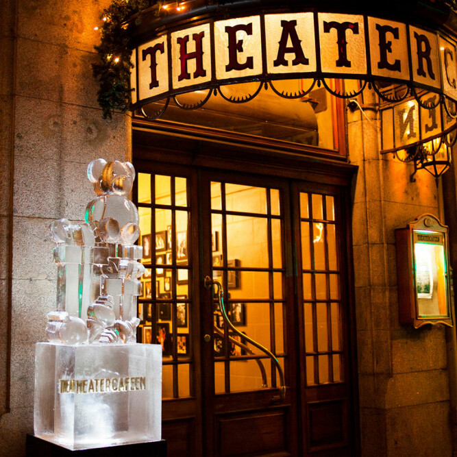 <b><SPAN CLASS=BOLD><STRONG>ISKALD PYNT:</b></strong></span> Mr. Iceman leverer flere isskulpturer, som her til Theatercafeen i Oslo.