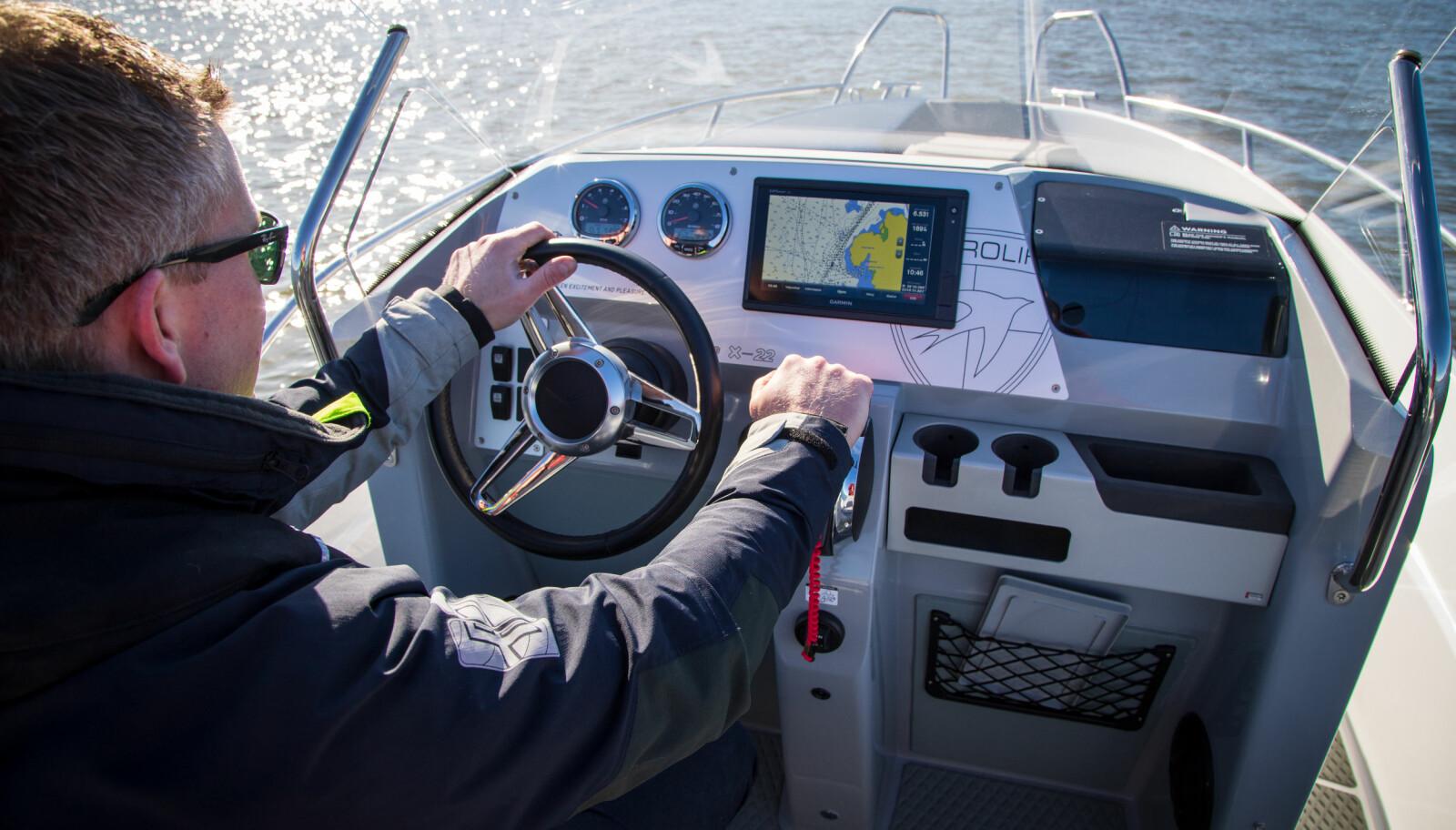 <b>KOMMANDOPLASS:</b> Du sitter tett på ratt og gass, kartplotteren er fint plassert. Da er det enklere å holde kontroll når det går unna.