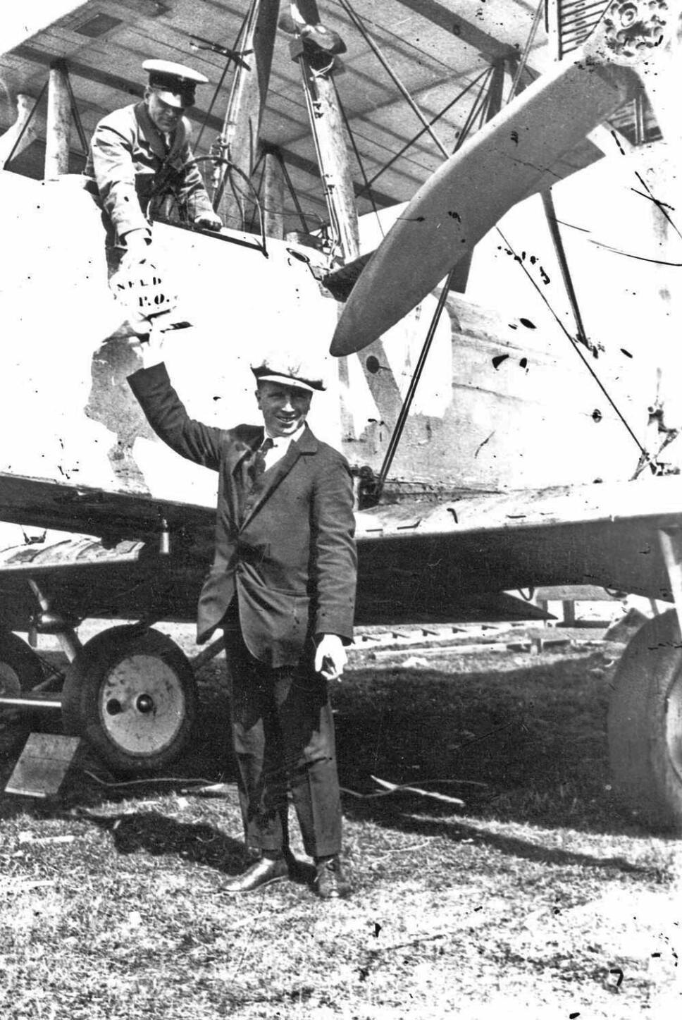 <b>POST:</b> Alloc og Brown tar om bord post før rekordflyvningen.