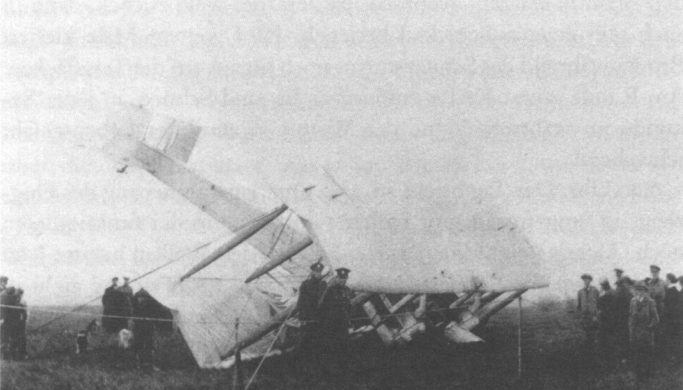 <b>KRASJLANDET:</b> Alcock og Brown overlevde den harde landingen. Flyet hadde vært ute for flere alvorlige hendelser før de etter drøyt 15 timer traff landjorda i Irland.