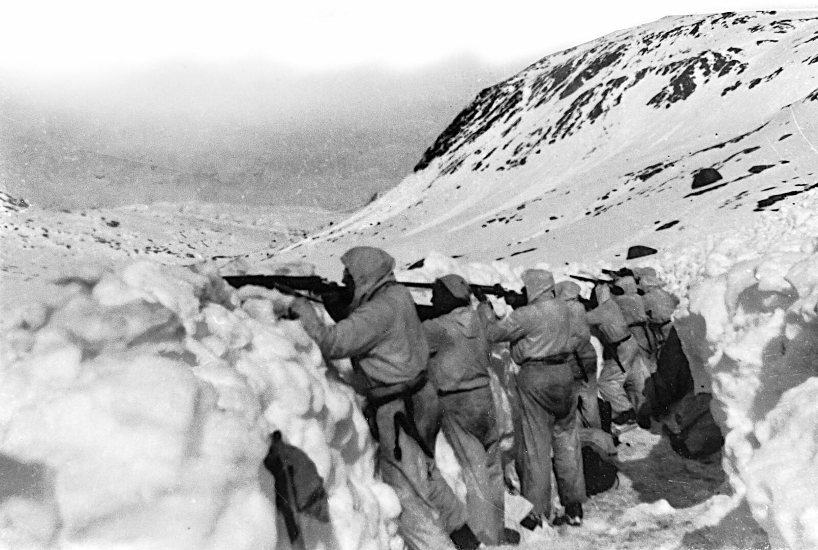 <b>SLO TILBAKE:</b> Norske skyttere i stilling på fronten ved Gratangen under felttoget i 1940. Våren var sen og snøen lå dyp i fjellene. Fienden oppdaget raskt at nordmennene var gode på ski og enda bedre til å skyte.