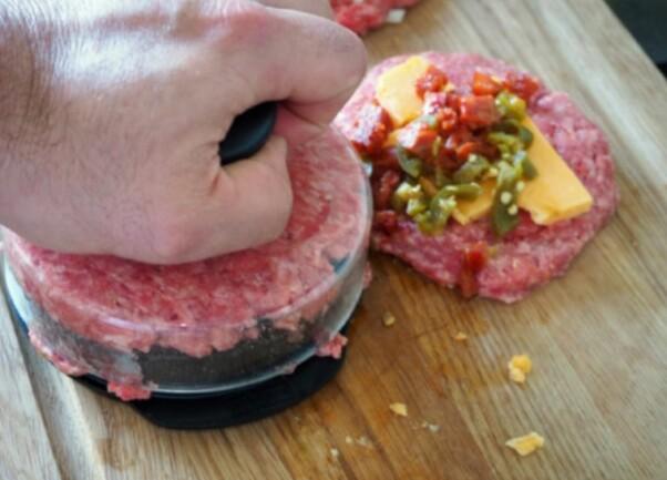 <b>PUCK:</b> En burgerform er praktisk, men du kan fint bruke hendene også.