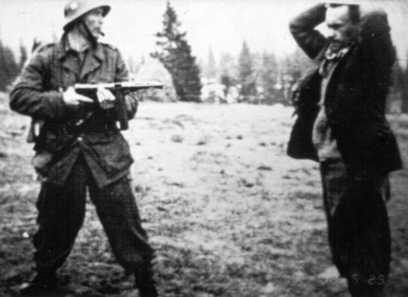 <b>PÅGREPET:</b> Henry Oliver Rinnan (t.h.) kom etter massiv beskytning ut fra sitt skjulested på Flysetra i Verdalsfjellet. Aksjonen ble ledet av korporal Magne Solheim (t.v.).