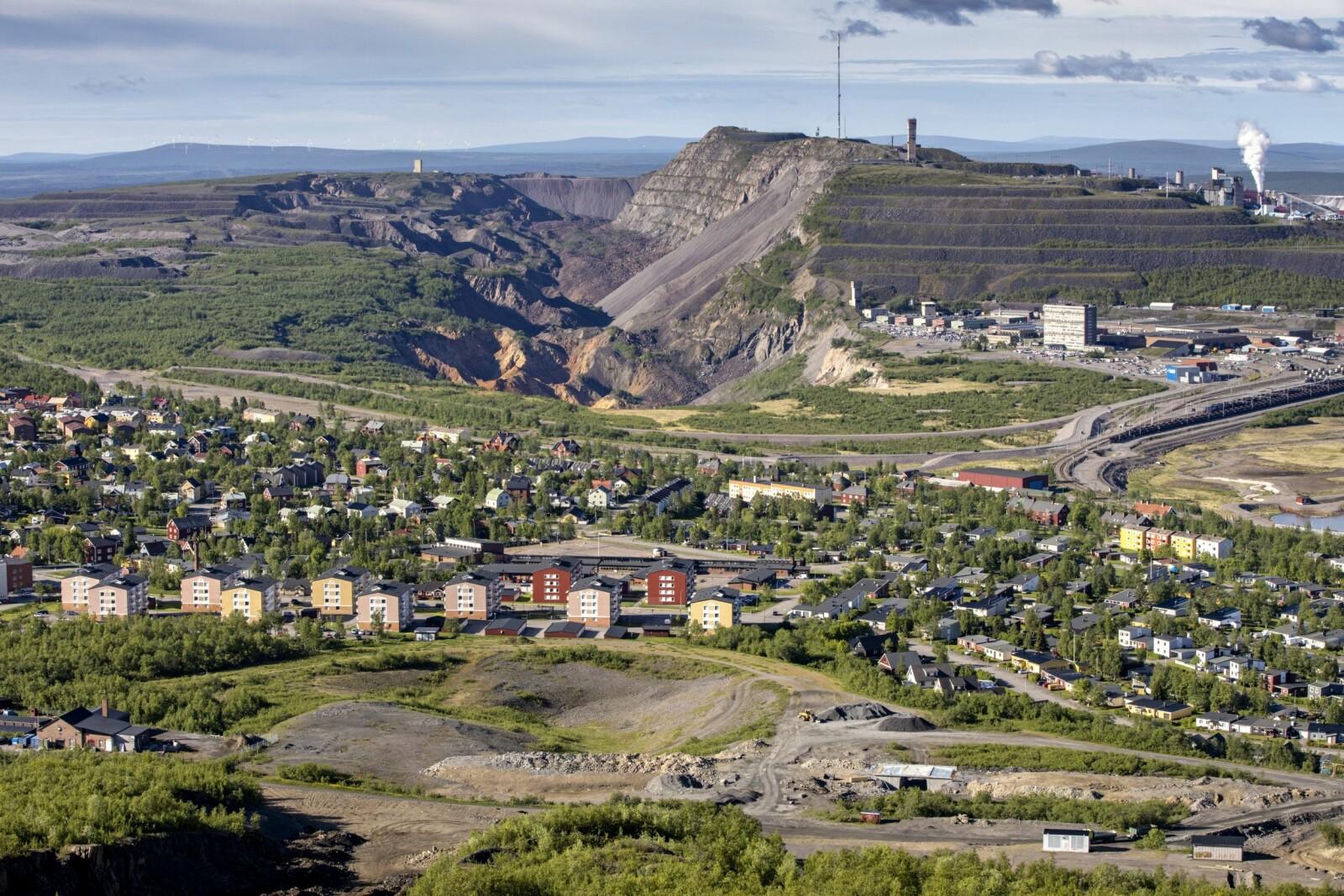 <b>SNART BORTE:</b> Dagens Kiruna med jernmalmgruven i bakgrunnen. Om få år vil mye av dette være borte. I2022 skal byens nye sentrum stå klart omtrent tre kilometer lenger nord.