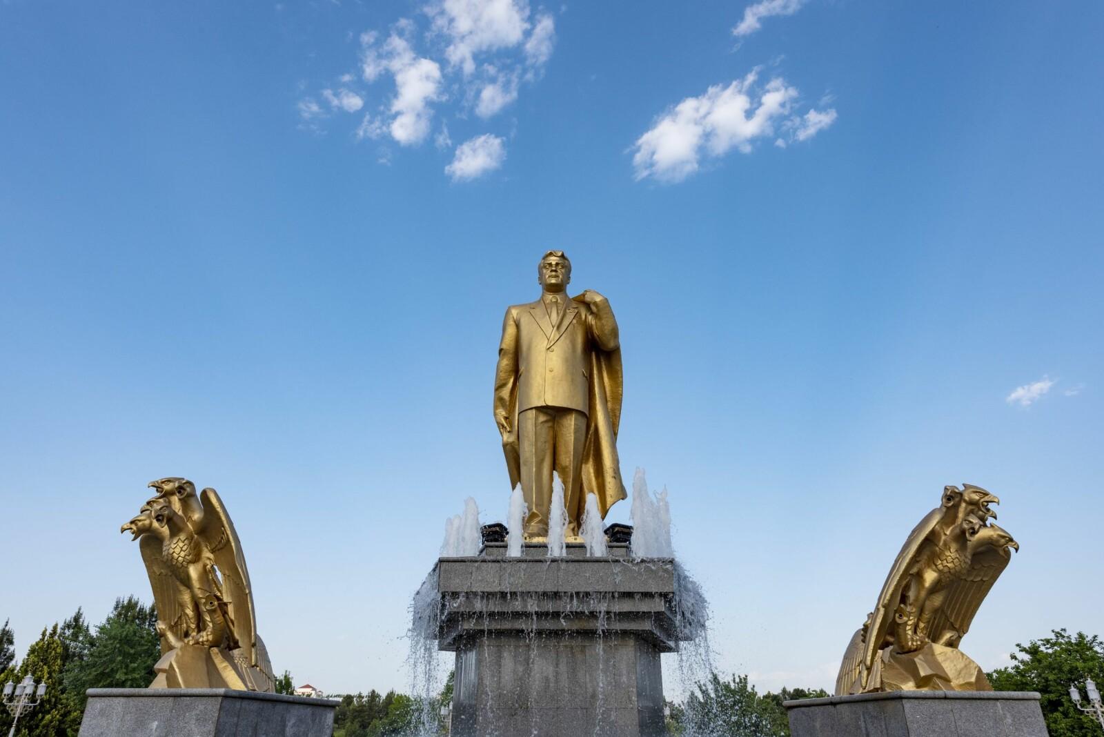 <b>GULLDIKTATOREN:</b> Saparmurad Nijazov, president for evigheten og motstander av hunder, skjegg ogalle biler som ikke er hvite.