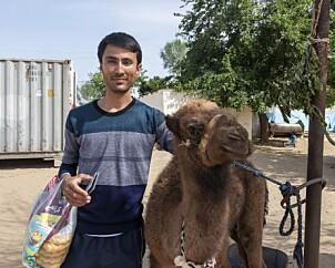 <b>STATS-AUTORISERT:</b> Min guide Dowlet poserer med en kamel i Bokurdak.