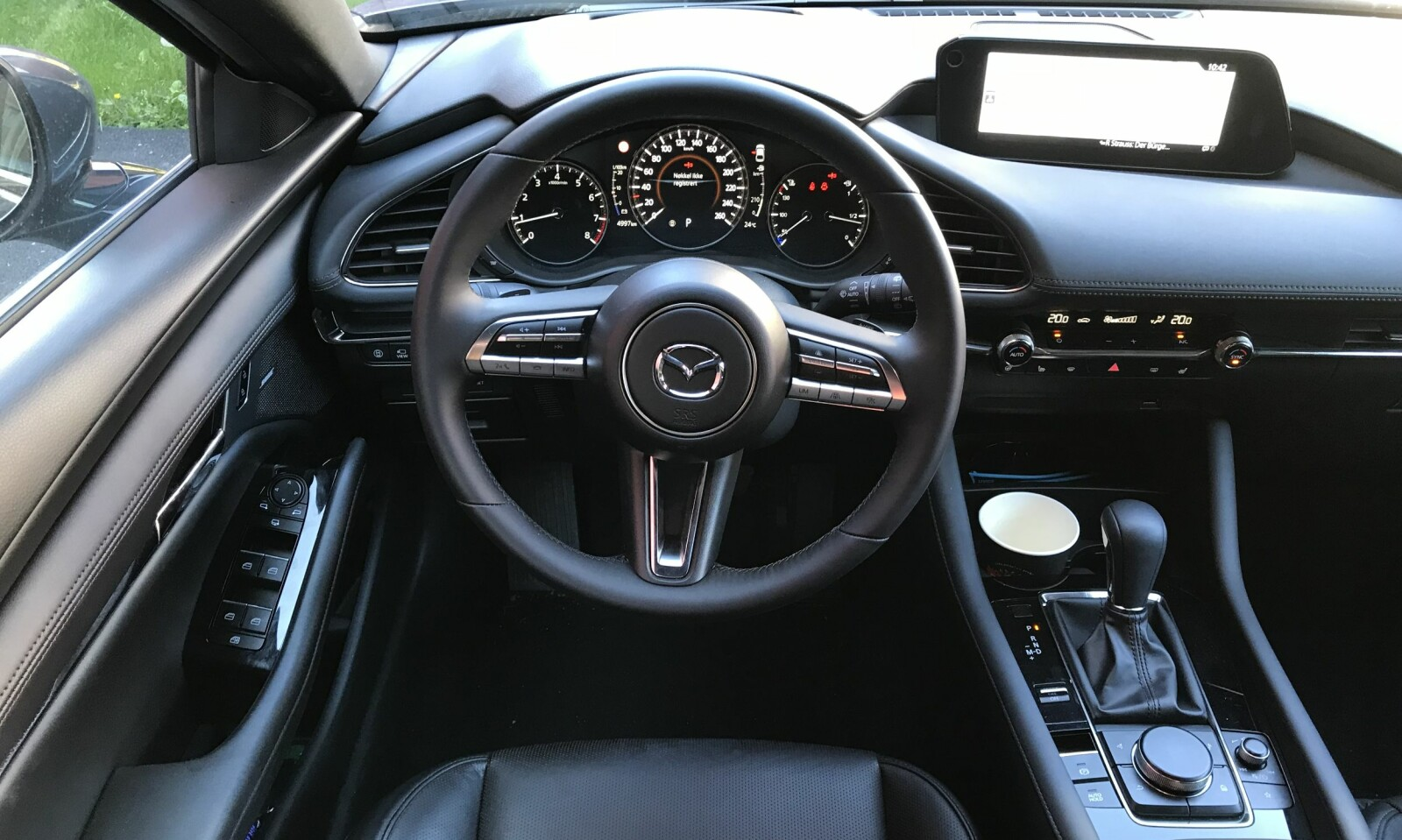 KJØREFOKUSERT: Cockpiten er utstyrt med en 8,8-tommers berøringsskjerm i breddeformat.