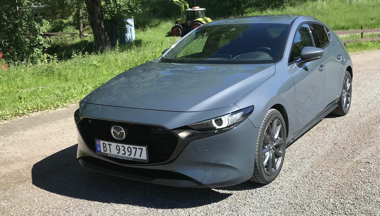 KJØR DA: Mazda3 er en fest å kjøre, men motor og praktiske egenskaper er ikke helt i tråd med dagens etterspørsel.