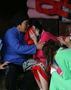 <b>TRØST:</b> Den kommende bruden griner, mens moren trøster. Men etter ti dager blir moren med i tutekoret.