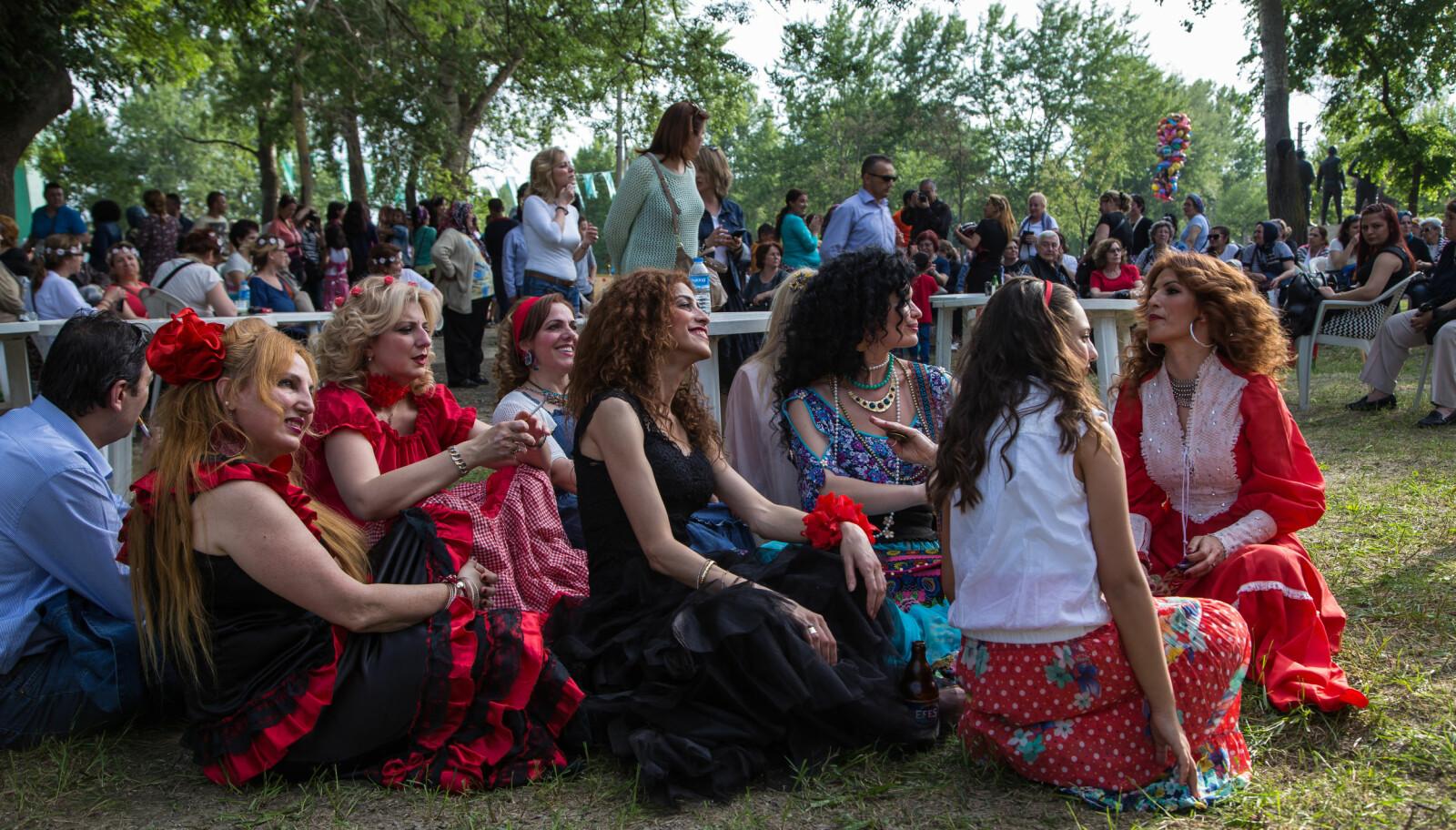<b>FARGESPRAKENDE:</b> På Kakava Romani-festivalen i Tyrkia kler jenter som ønsker å bli gift seg i fargerike, tradisjonelle bryllupskjoler.