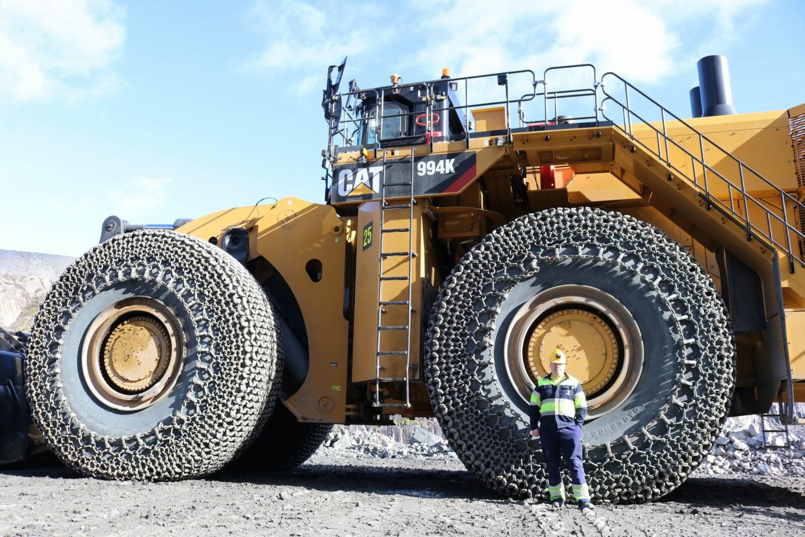 <b>GEDIGEN:</b> Oskar Løftoft (38) styrer verdens største mekaniske hjullaster, Caterpillar 994K.
