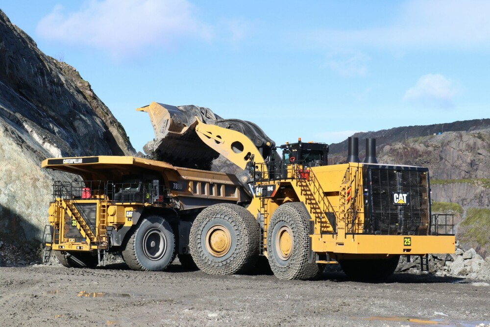 <b>40 TONN:</b> Cat 994K, verdens største mekaniskehjullaster, fyller 40 tonn i skuffen nården laster opp tipptruckene ved Titania i Rogaland.