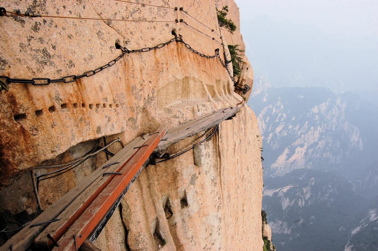<b>PLANKESTI I SKYENE:</b> Den som skal gå plankestien på Mount Huashan bør ikke ha høydeskrekk.