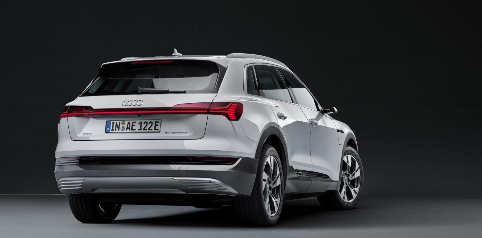 <b>GJENKJENNELIG:</b> I mørket kjenner du lett igjen den brede lyslisten som går over hele bilens bredde på Audi e-tron.
