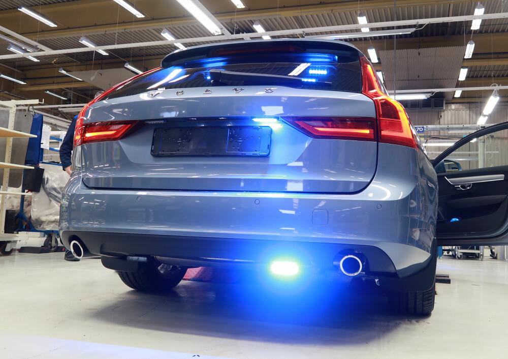 <b><SPAN CLASS=BOLD><STRONG>BLÅLYS:</b></strong> </span>Det ene blålyset som henger ned bak på en svensk sivil politibil er et av få tegn som avslører at dette er en politibil.