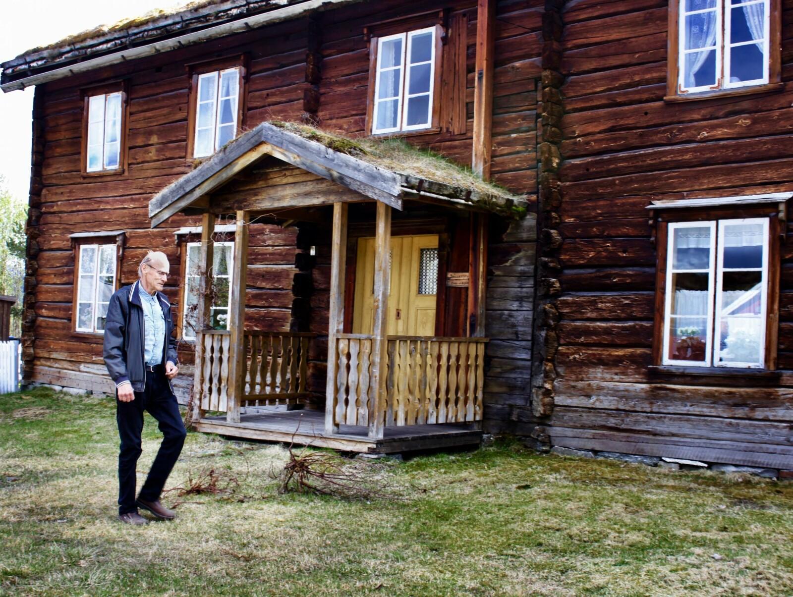 <b>NYTT LIV:</b> Ofre fra Storofsens herjinger flyttet nordover, lokket av fruktbar jord og billige lån, forteller historiker Vidkunn Haugli foran et av et av Målselvs eldste bevarte hus fra1830.