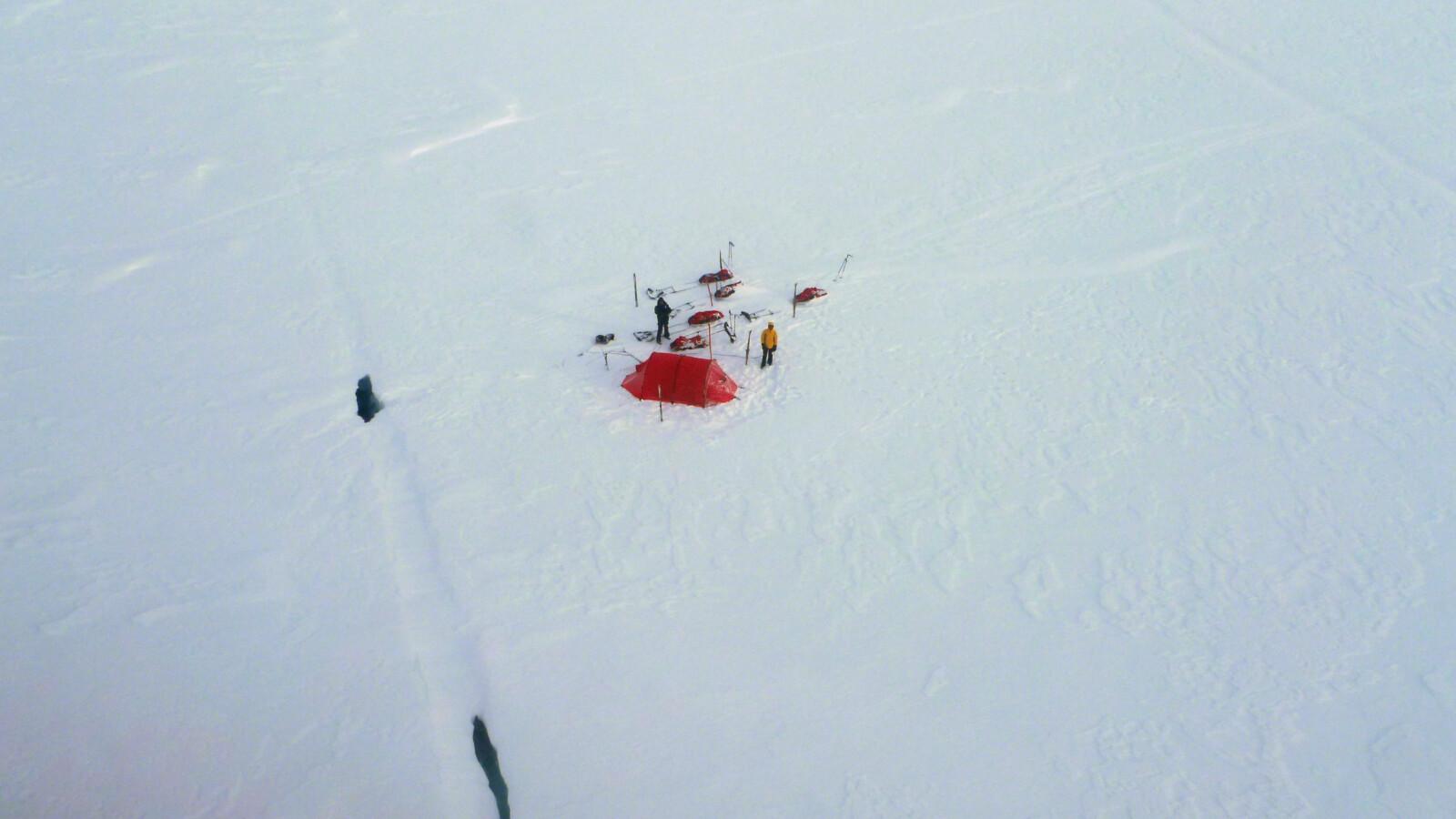 <b>BUNNLØS SPREKK:</b> Her, i det øverste hullet, falt Svalbard-guiden Brent D'Hooge mens skituristene sto lamslåtte igjen på overflaten. Bildet er tatt fra redningshelikopteret seks timer senere.