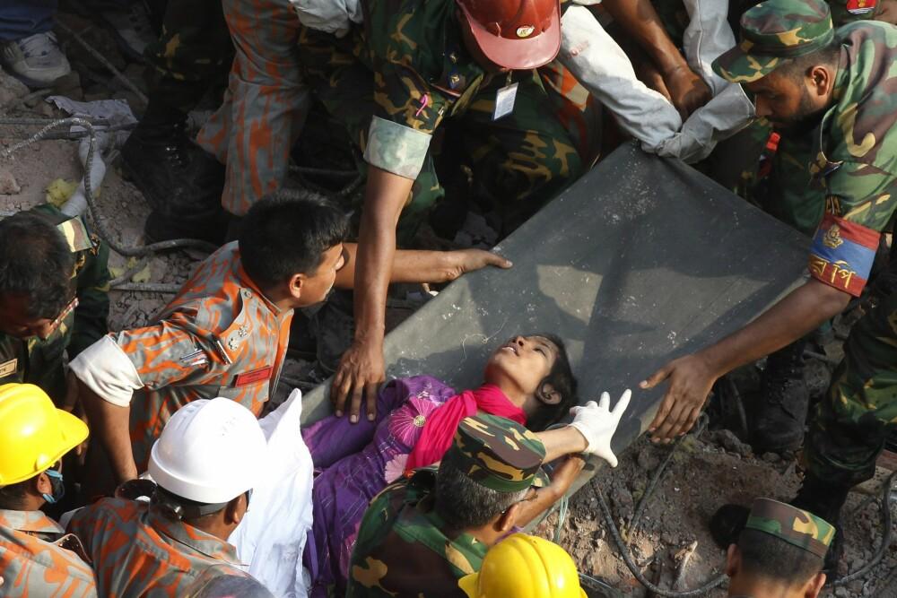 <b>17 DAGER:</b> Reshma Begum reddes ut av ruinene til Rana Plaza.