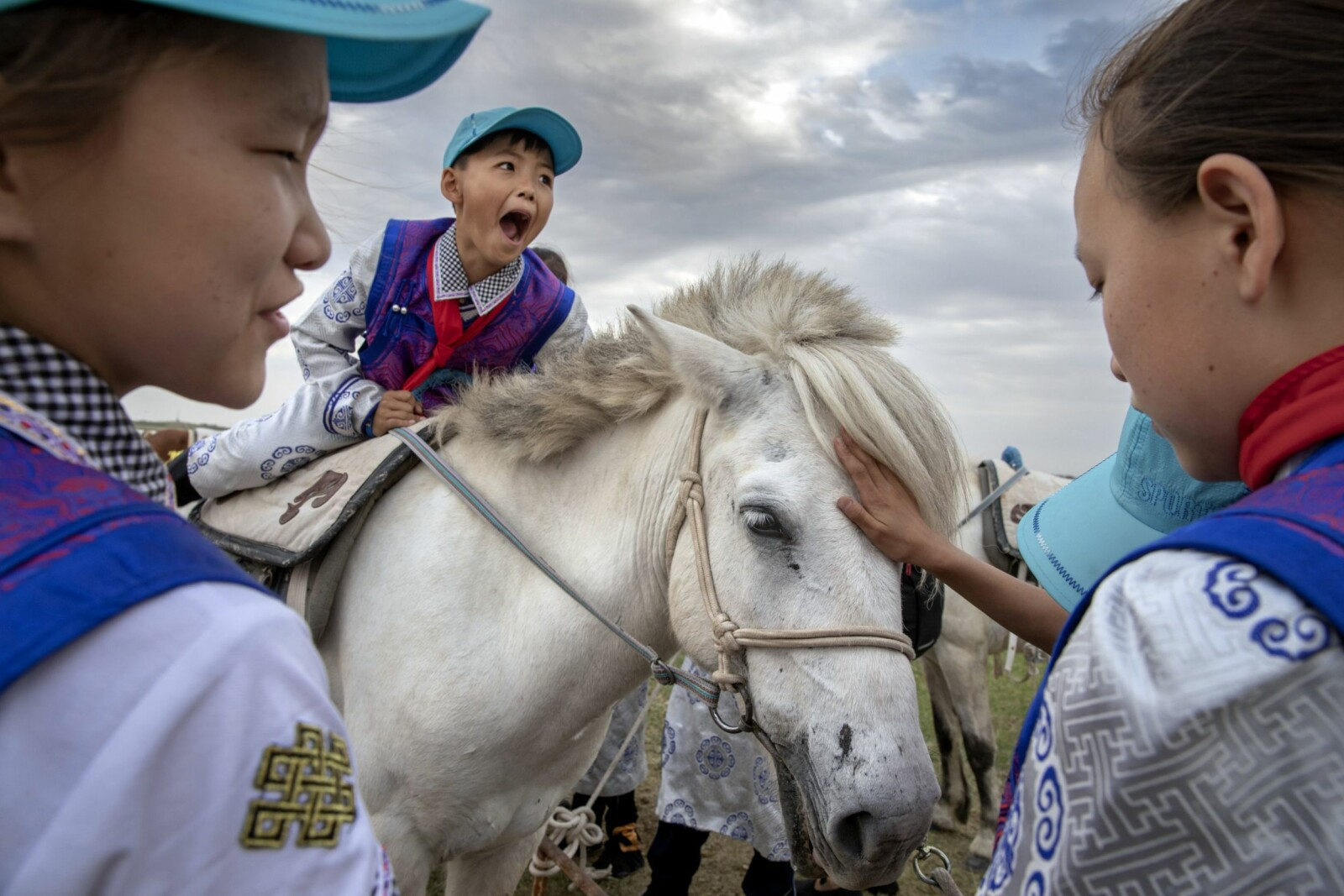 <b>DEBUT PÅ HEST:</b> Flere skoleklasser lærer om sine mongolske forfedres gamle tradisjoner. Og selv om disse barna er av mongolsk herkomst – et folk som er kjent for å lære å ri før de kan gå – er dette første gang de sitter på en hest.