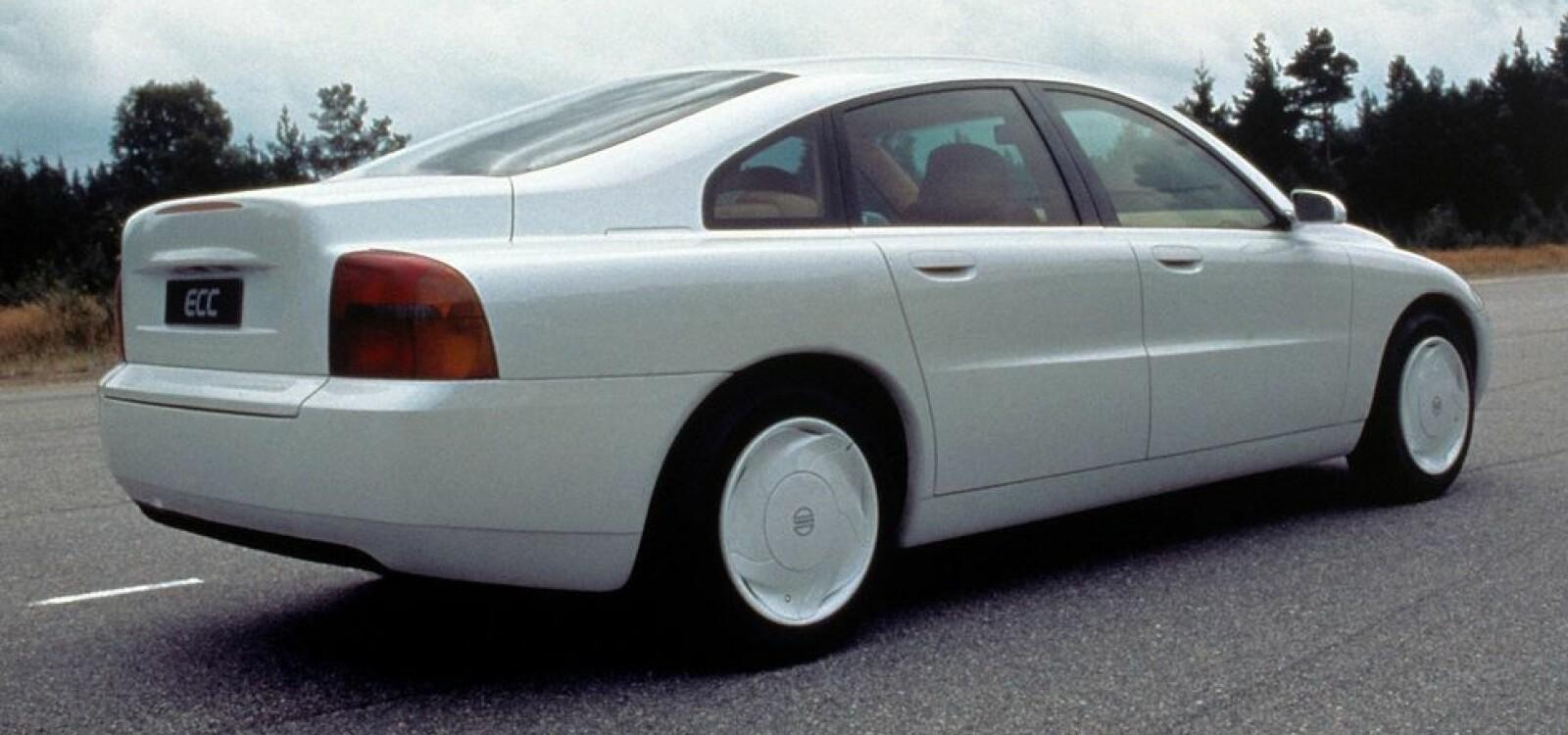 <b><SPAN CLASS=BOLD><STRONG>MILJØBIL:</b></strong></span> Men, er det ikke en S80? Nei, jo, vet ikke. Volvo Enviromental Concept Car fra 1992 var hvert fall en god forsmak på Volvo S80, som først ble vist frem i 1998. Seks år etter at Volvo ECC debuterte.