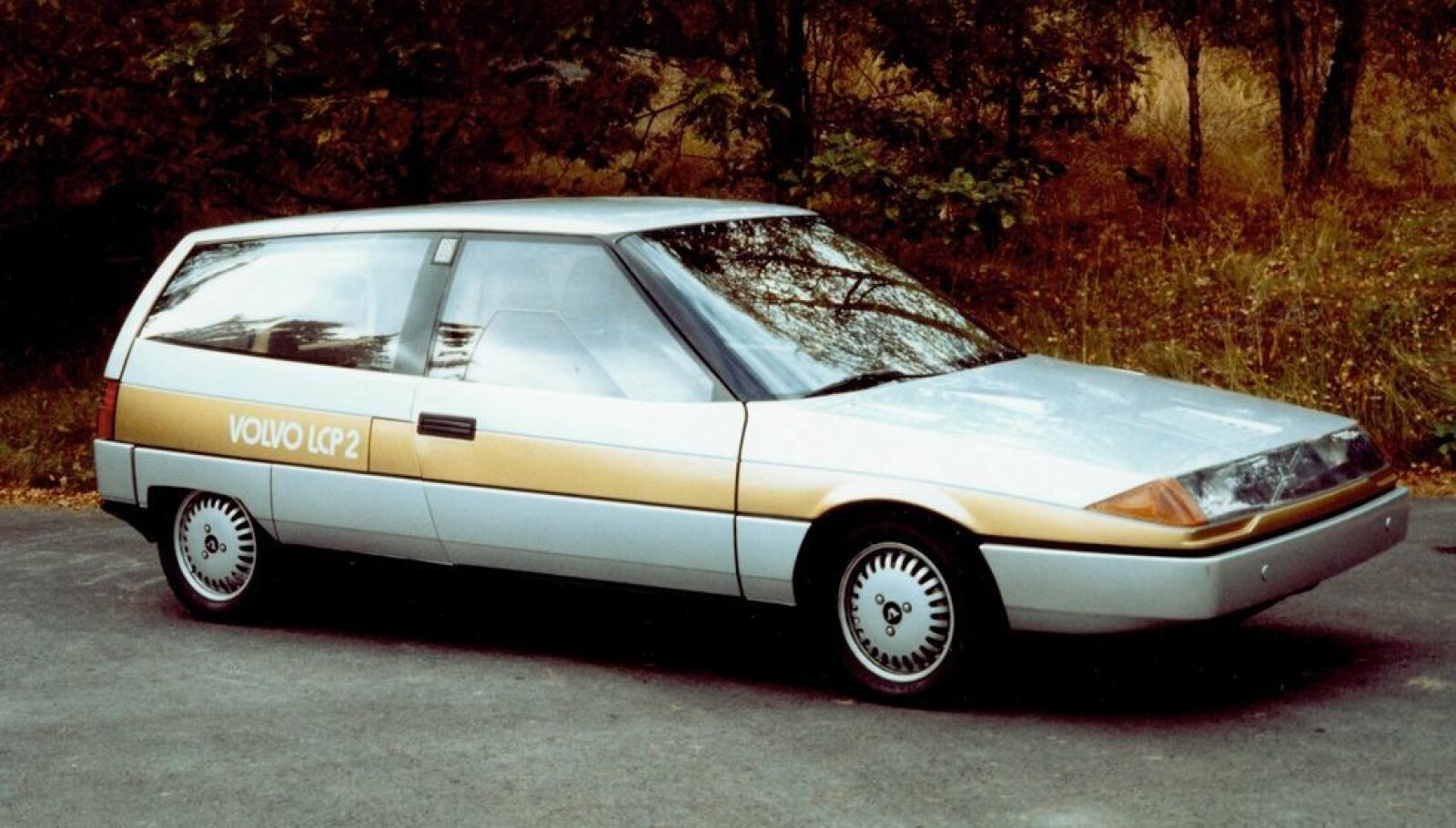 <b><SPAN CLASS=BOLD><STRONG>LETTVEKTER:</b></strong></span> Volvo Light Component Project 2000 resulterte i en bil som lå langt forut sin tid. Den veide bare 700 kilo og var en ladbar hybrid.