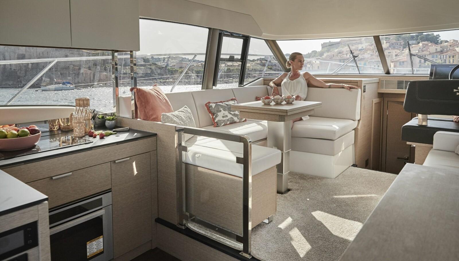 <b>SALONG:</b> Her er det rommelig bysse og god sitteplass. Store vinduer og lyse materialer.