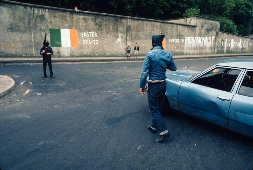 <b><SPAN CLASS=BOLD><STRONG>NO GO-SONE:</b></strong></span> Maskerte medlemmer avProvisional Irish Republican Army holder vakt ved en checkpoint på grensen til Bogside.IRA gjorde at Bogside ble en no go-sone for lokalt politi og britiske soldater.