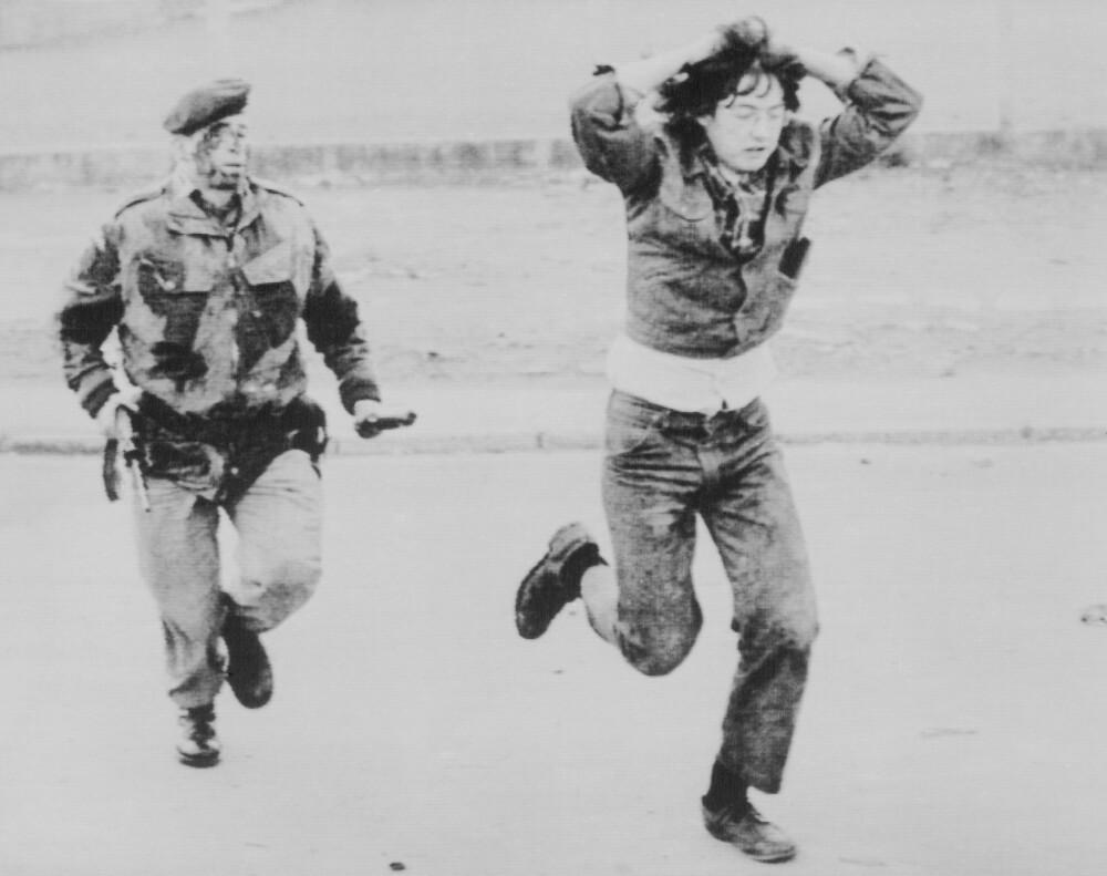 <b>JAGET:</b> En demonstrant blir jaget av en soldat. Et ikke uvanlig syn i Nord-Irland på 70-tallet.
