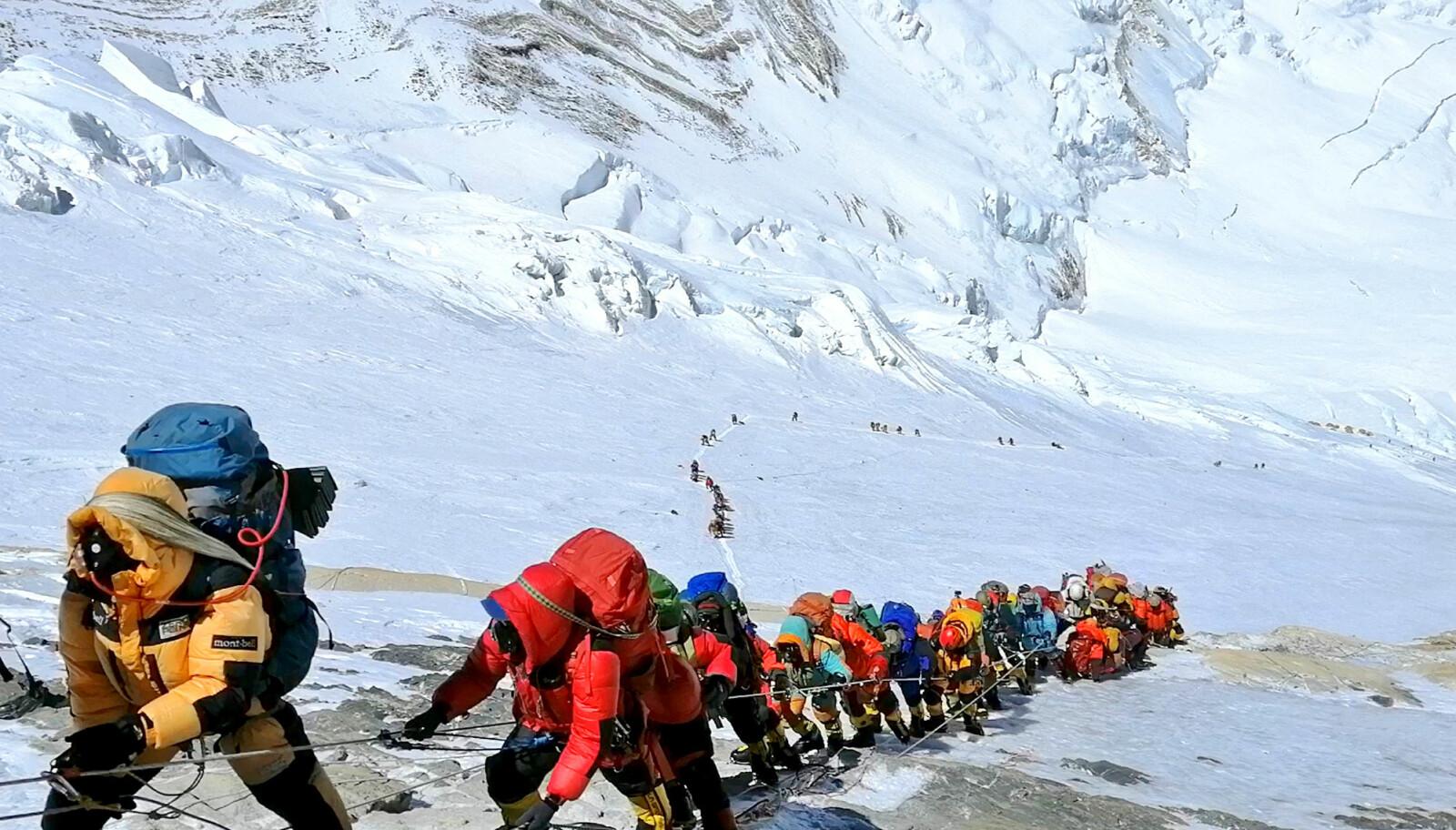 DØDSKØ: Dette bildet fra mai i år vider tydelig hvor mange som forsøker å nå toppen av Mount Everest. Mer enn 20 mennesker har dødd i forsøket på å bestige fjellet bare i år.