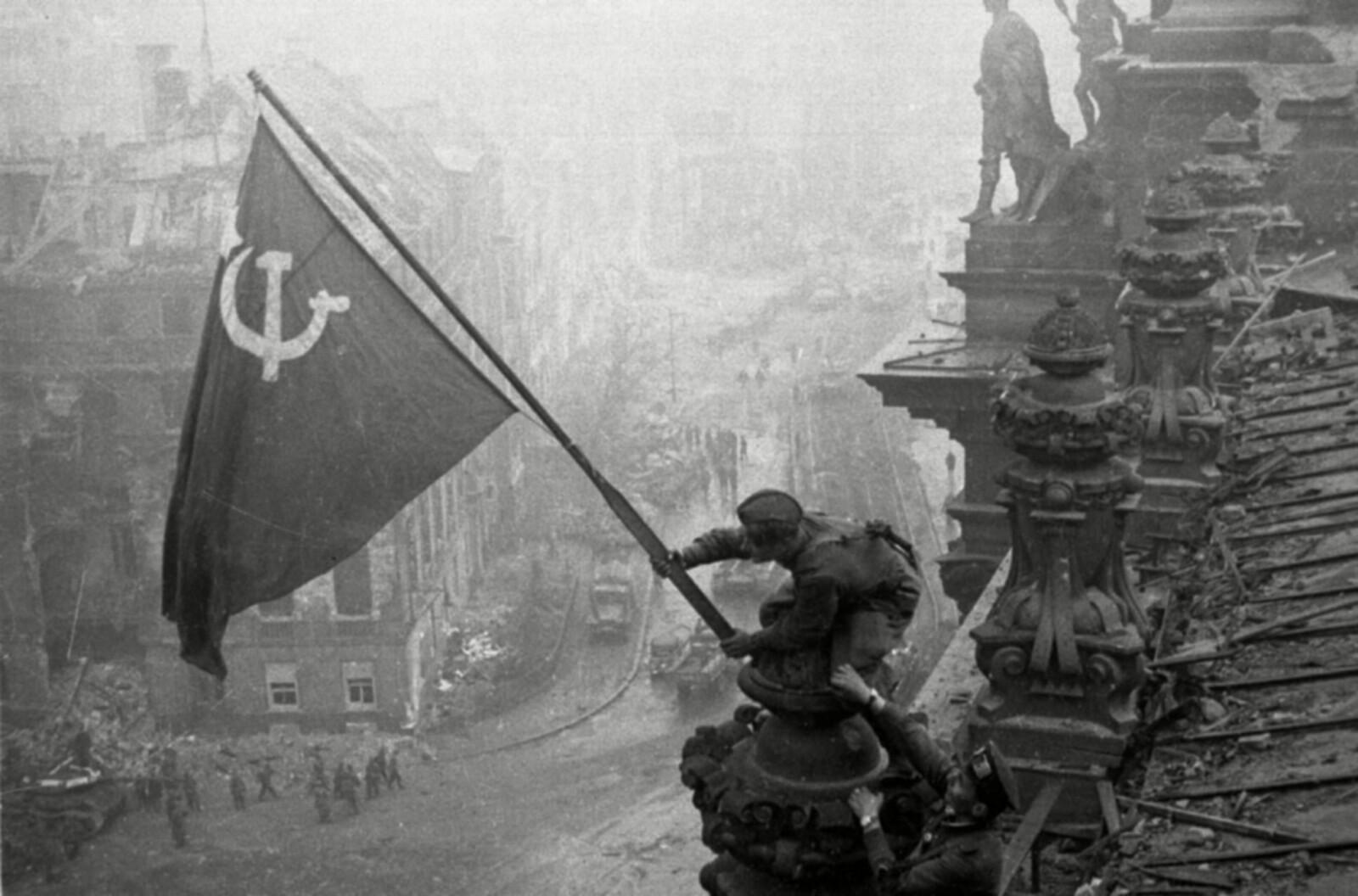 <b>BLODIG FREMMARSJ:</b> Michael Zjedanov trodde han var i mål da Den røde armé rykket inn i Berlin og heiste sovjet-flagget på riksdagsbygningen.