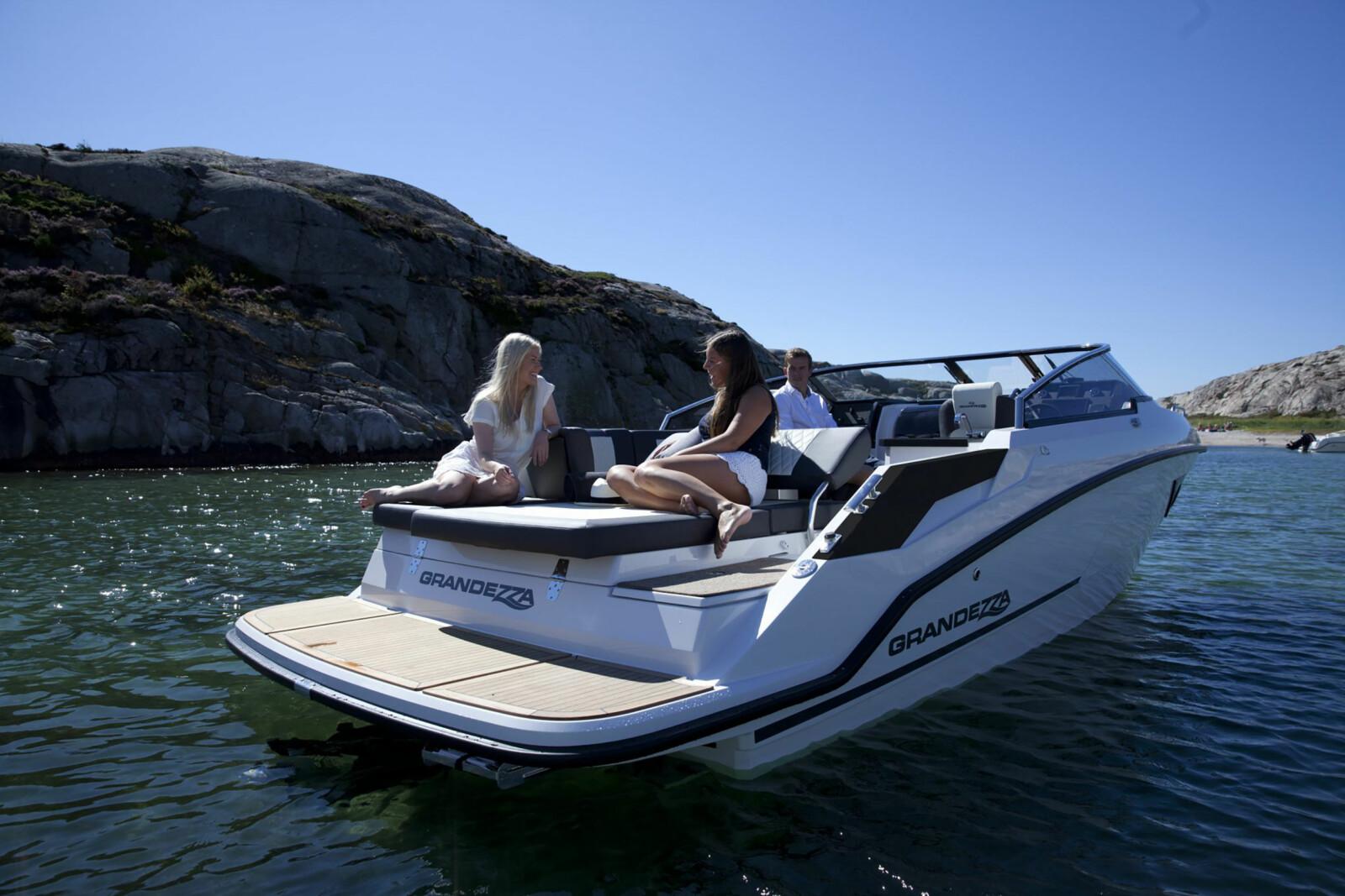 <b>SOLSENG:</b> Der utenbordsmotoren normalt stikker opp, er det stor solplass og badeplattform i full bredde.