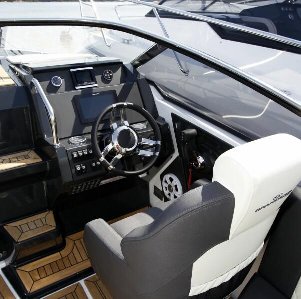 <b>FAMILIELIKHET:</b> Grandezza 25S har klare likhetstrekk med søsterskipet Finnmaster T7. Det er bare av det gode på førerplass.